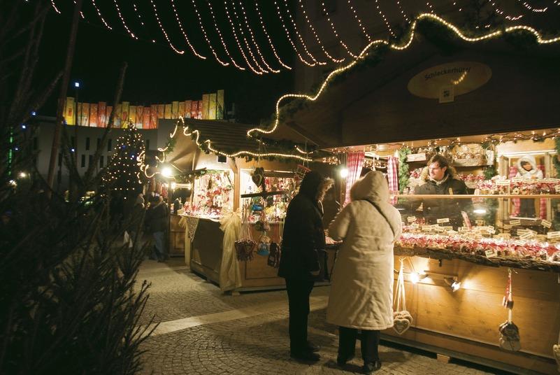 Bild: Stände auf dem Brunecker Weihnachtsmarkt
